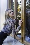 Сексуальная городская склонность женщины против окна Стоковые Фотографии RF