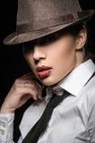 Сексуальная девушка брюнет представляя в рубашке в студии стоковые изображения rf