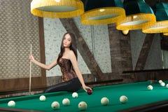 Шикарня девушка играет в бильярд фото 65-613