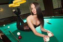 Шикарня девушка играет в бильярд фото 65-782