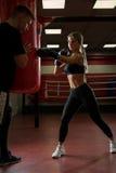 Сексуальная девушка в перчатках бокса тренируя в спортзале Стоковое Изображение RF