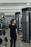 Сексуальная девушка в спортзале Стоковое фото RF