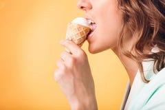 Сексуальная девушка есть мороженое Стоковое фото RF