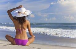 Сексуальная девушка женщины сидя шляпа & бикини Солнця на пляже Стоковые Изображения