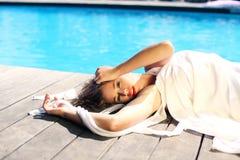 Сексуальная девушка загорая на бассейне пляжа тропическом Стоковое фото RF