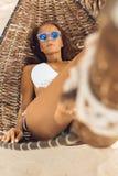 Сексуальная девушка ослабляет в гамаке на троповом пляже Стоковое Изображение RF