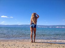 Сексуальная девушка представляя на береге озера Байкал Стоковое фото RF