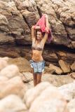 Сексуальная девушка раздевает на пляже утеса Стоковое Изображение