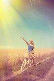 Сексуальная девушка с белым велосипедом на фильтрованном солнечном Стоковая Фотография RF