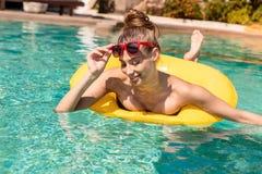 Сексуальная девушка с желтым кольцом на вечеринке у бассейна Стоковые Изображения RF
