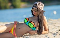 Сексуальная девушка с темными волосами на пляже Стоковое фото RF