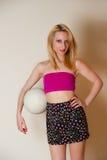 Сексуальная девушка с шариком залпа Стоковое Изображение
