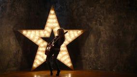 Сексуальная девушка с электрической гитарой в коже, светя акции видеоматериалы