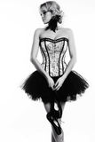 Сексуальная девушка танцора балерины с светлыми волосами в роскошных танцах одевает Стоковое Фото