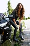 Сексуальная женщина велосипедиста с ее мотоциклом спорта Стоковое Изображение