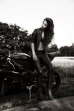 Сексуальная женщина велосипедиста с ее мотоциклом спорта Стоковая Фотография RF