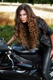 Сексуальная женщина велосипедиста с ее мотоциклом спорта Стоковые Изображения RF