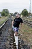 Сексуальная женщина в белых ботинках и солнечных очках на рельсах, железной дороге t стоковые изображения