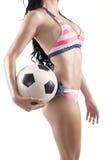Сексуальная женщина в бикини держа футбольный мяч Стоковые Фотографии RF