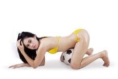 Сексуальная женщина в бикини и футбольном мяче 1 Стоковые Фото