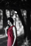Сексуальная женщина в красном платье в весеннем времени красоты fairy леса Стоковые Изображения RF