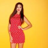 Сексуальная женщина в красном платье точки польки Стоковое Изображение
