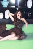Сексуальная женщина в платье вечера шелка с сияющими масштабами Стоковые Фото