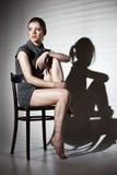 Сексуальная женщина в черных платье и jalousie стоковая фотография rf