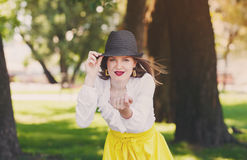 Сексуальная женщина в шляпе, маня жест, outdoors Стоковое Изображение
