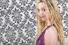 Сексуальная женщина девушки в женское бельё с белокурыми dreadlocks Стоковая Фотография