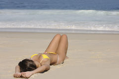 Сексуальная женщина лежа на пляже Стоковая Фотография RF