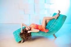 Сексуальная женщина лежа на софе в роскошном interion красивейшая девушка сексуальная Стоковое Фото