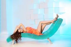 Сексуальная женщина лежа на софе в роскошном interion красивейшая девушка сексуальная Стоковые Изображения RF