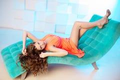 Сексуальная женщина лежа на софе в роскошном interion красивейшая девушка сексуальная Стоковая Фотография RF