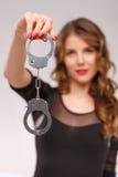 Сексуальная женщина демонстрируя наручники Стоковое Изображение RF