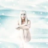 Сексуальная женщина зимы сидя на предпосылке рождества Стоковые Изображения