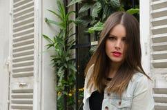 Сексуальная женщина идя Париж с курткой демикотона Стоковые Фотографии RF