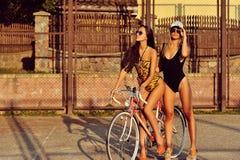 Сексуальная женщина около винтажного велосипеда внешнего Стоковое Фото