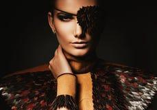 Сексуальная женщина пирата в коричневом кожаном аксессуаре Стоковые Изображения
