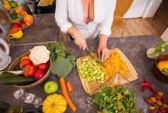 Сексуальная женщина подготавливая овощи Стоковые Фотографии RF