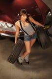 Сексуальная женщина представляя с автошинами автомобиля Стоковые Фото