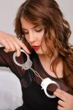 Сексуальная женщина представляя с наручниками Стоковая Фотография