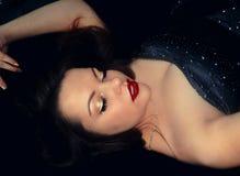 Сексуальная женщина с закрытыми глазами в ретро стиле стоковое изображение