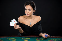 Сексуальная женщина с карточками и обломоками покера Стоковое фото RF