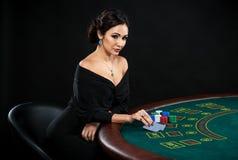 Сексуальная женщина с карточками и обломоками покера Стоковое Фото