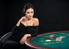 Сексуальная женщина с карточками и обломоками покера Стоковое Изображение