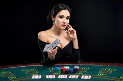 Сексуальная женщина с карточками и обломоками покера Стоковые Изображения RF