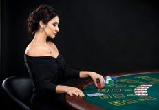 Сексуальная женщина с карточками и обломоками покера Стоковая Фотография