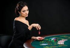 Сексуальная женщина с карточками и обломоками покера Стоковая Фотография RF