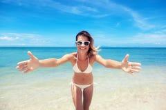 Сексуальная женщина тела бикини шаловливая на пляже рая тропическом имея Стоковое Изображение RF
